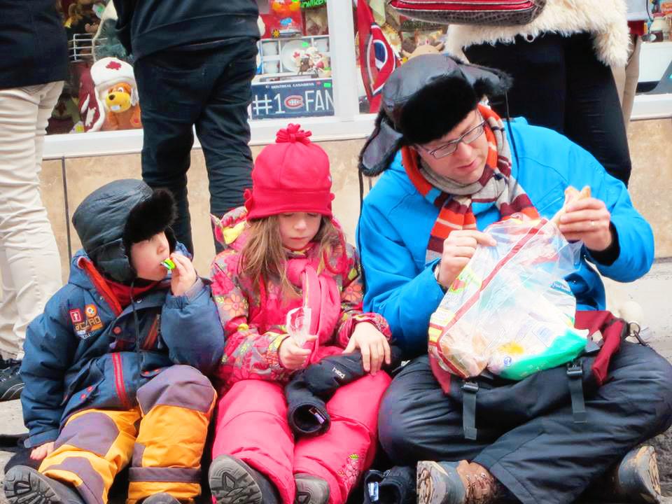 Дети в зимних комбинезонах Deux par Deux на Параде Санта-Клауса